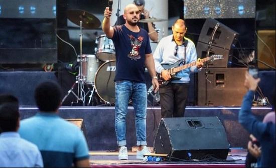 مغنٍّ مصري يحرج معجبًا بطريقة مهينة خلال حفل فني