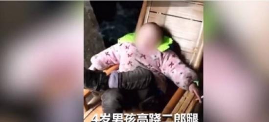 فيديو صادم لطفل في الرابعة يدخن السجائر كالمحترفين!