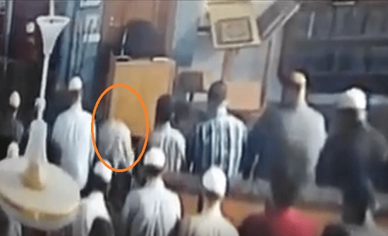 بالفيديو : وفاة مواطن أثناء إمامته الصلاة في العقبة