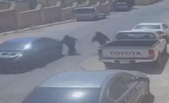 فيديو : سائق يخطف حقيبة امراة في أحد شوارع السعودية
