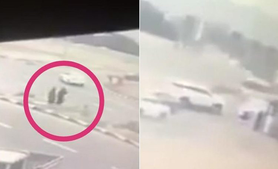 بالفيديو : فتاتان تهرولان لإنقاذ مصاب في حادث مروري بالسعودية