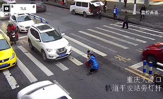 شاهد: ردة فعل طفل أطاحت سيارة بأمه في الصين