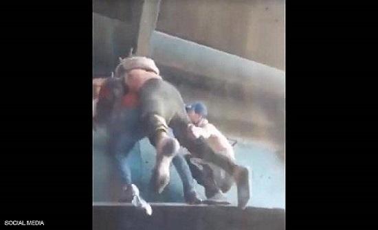 حملوه في وضعية صعبة.. بطولة متظاهرين عراقيين مع زميل مصاب