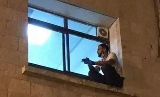شاب فلسطيني ظل يتابع والدته المصابة بكورونا حتى ماتت .. صور وفيديو