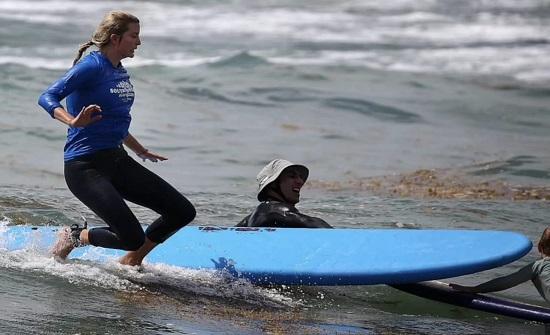 بالصور.. لحظة اصطدام إيفانكا ترامب بوجه ابنها أثناء تعليمه ركوب الأمواج
