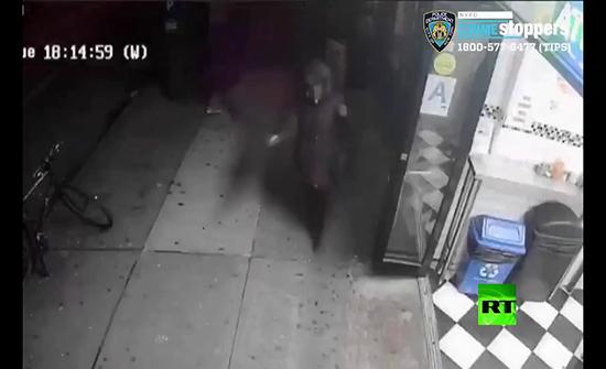 بالفيديو : شابة تصدم مسنة وتلقيها أرضا في نيويورك وتتابع طريقها بلا مبالاة