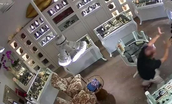 بالفيديو: صاحب متجر مجوهرات يصد هجوم لصوص ويستولي على أمتعتهم