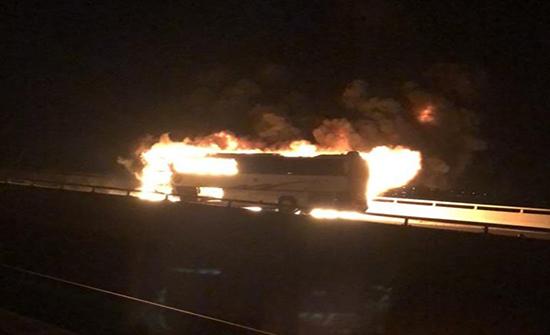 صور : وفاة أكثر من 30 معتمرًا وإصابة 5 آخرين في حادث مروري على طريق المدينة المنورة