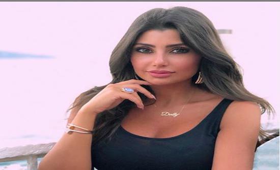 """صور : دوللي عياش تتحوّل إلى """"باربي"""".. شعر أشقر وتنورة جريئة"""