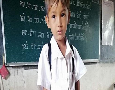 أبٌ فقير يصنعُ حقيبة مدرسية لابنه.. ويُشعل الإنترنت! (صور)