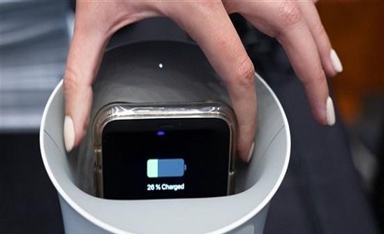 هواتفكم مليئة بالجراثيم.. قاعدة شحن لاسلكية لتنظيفها