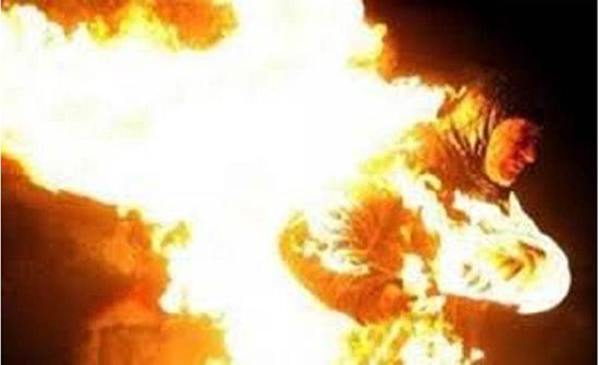 مشجعة كرة قدم تشعل النار في نفسها