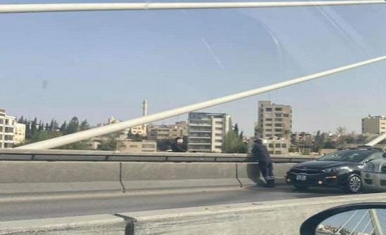 عشريني يحاول الانتحار من جسر عبدون
