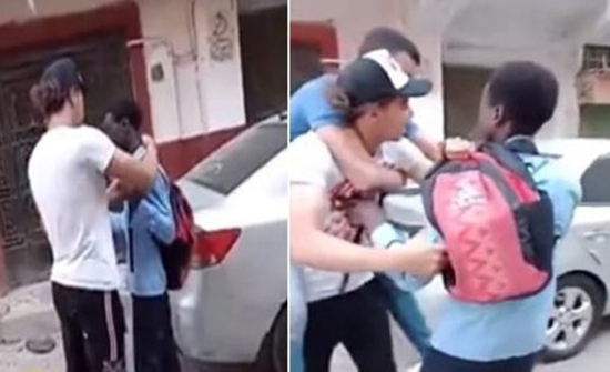 بالفيديو : شبان مصريون يتنمرون ويسخرون من طالب سوداني