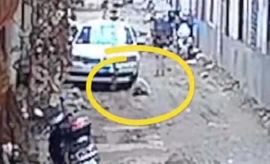 جد يسحق حفيدته تحت عجلات سيارته (فيديو)