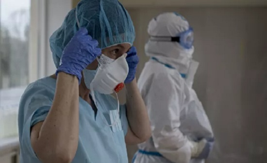 """علماء أمريكيون يكشفون """"العميل"""" السري الذي يساعد كورونا على التسلل إلى أجسامنا"""