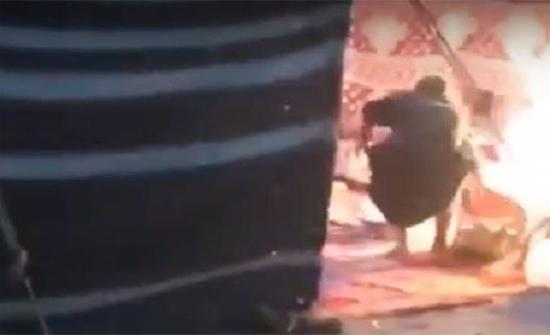 فيديو : شاب يغامر بحياته لإخراج أسطوانة غاز مشتعلة من داخل خيمة