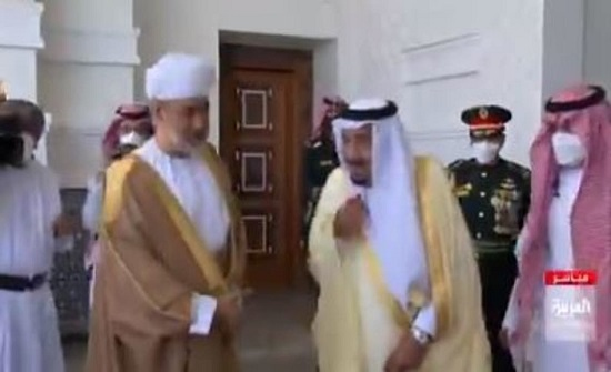 بأول لقاء رسمي منذ الجائحة.. الملك سلمان يستقبل السلطان هيثم في نيوم