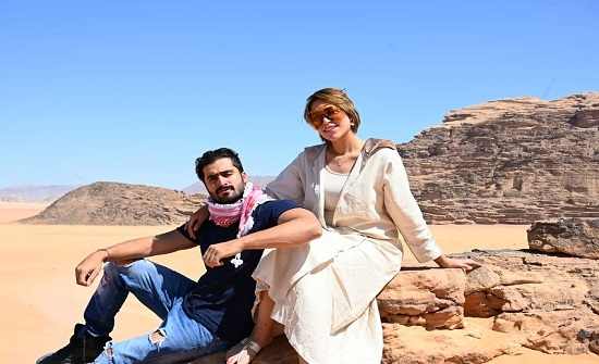 شاهدوا.. الدكتورة خلود وزوجها يرقصان بعفوية بصحراء الأردن
