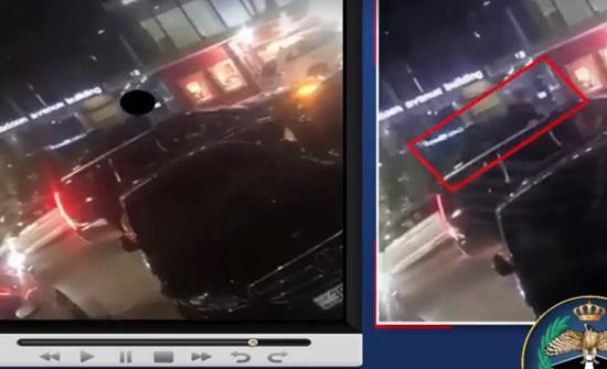 بالفيديو : حجز مركبة تسير بالشارع وشخص متمدد على سقفها