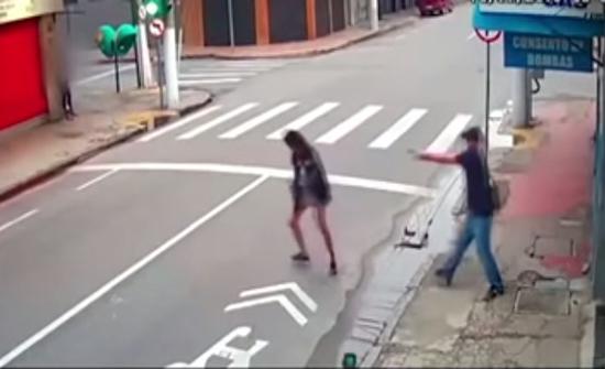 بالفيديو : برازيلي يتبرع لمتسولة برصاصة يرديها بها قتيلة