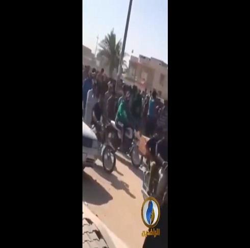 تشييع شهيد عراقي قتل على يد القوات الحكومية التي حاولت تفريق الاعتصام ( فيديو )