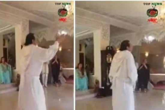 شاهد .. مغربي يرقص ويتمايل أمام النساء !