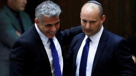 """""""قناة إسرائيلية"""": بينيت ولابيد يتفقان على تشكيل حكومة تناوب"""