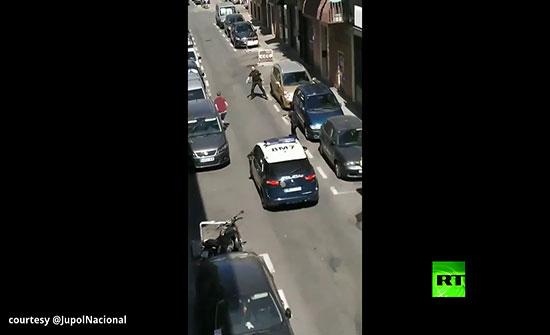 بالفيديو : لحظة تعرض عناصر من الشرطة الإسبانية لهجوم بسلاح أبيض