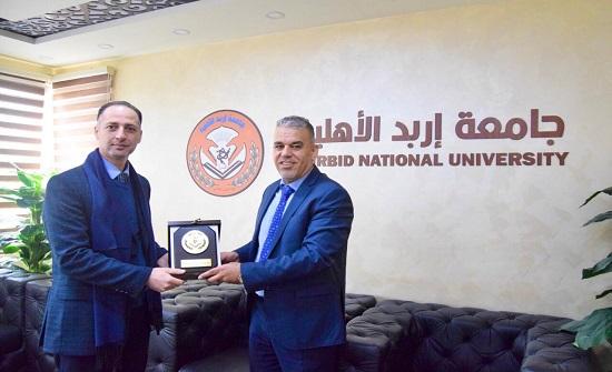 رئيس جامعة إربد الأهلية يكرم محامي الجامعة وسام خريسات