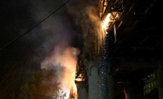 حريق يلتهم جسرا يعود إلى القرن الـ19 في روما - فيديو