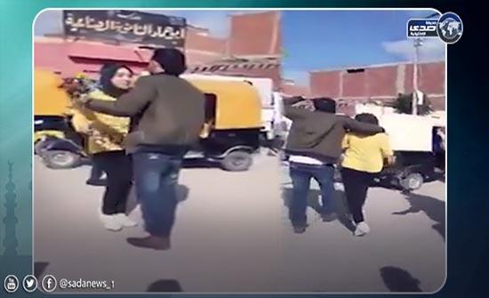 بالفيديو.. مصري يحتضن فتاة أمام مدرستها ويتوعد المتفرجين بالقتل
