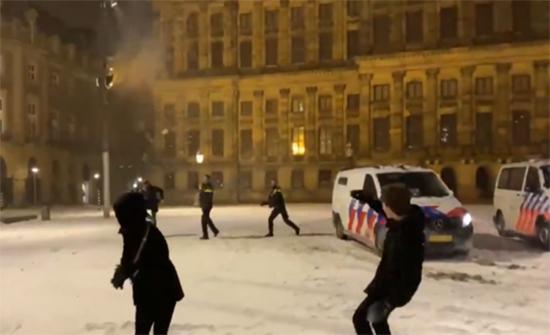 """هولندا.. """"معركة"""" بكرات الثلج بين الشرطة ومواطنين (فيديو)"""