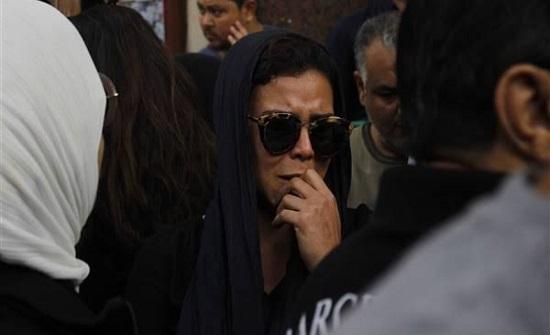 دينا الشربيني تنفعل بجنازة هيثم أحمد زكي.. والجثمان تأخر لهذا السبب!