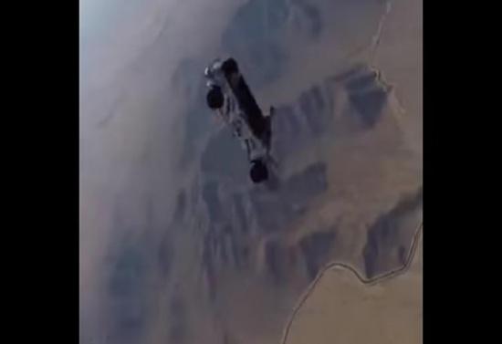 بالفيديو.. سقوط سيارة بها 5 أشخاص من طائرة تحلق في الجو