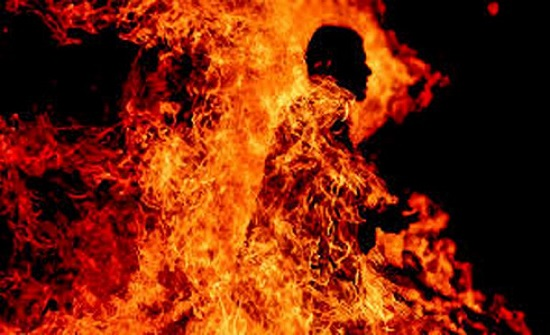 مصري ينتحر حرقًا بعد فشله بمصالحة زوجته