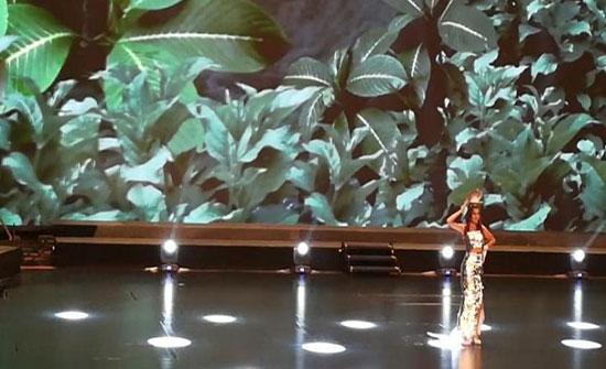 بالصور : فساتين من الورق والأكياس.. ملكات جمال العالم يتألقن بأزياء معاد تدويرها