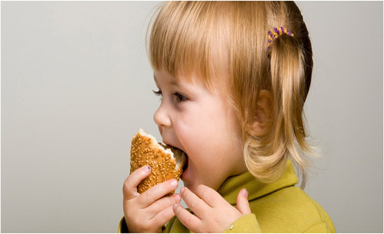 ما فائدة الخبز للطفل.. وما الكمية والنوعية المسموح بهما؟