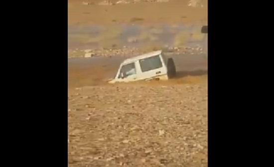 شاهد شاب سعودي حاول تحدي الطبيعة فدفع ثمن تهوره