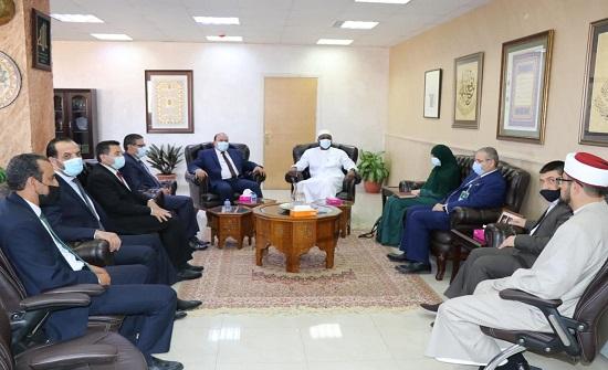 الفقه الإسلامي والعلوم الإسلامية يبحثان التعاون وأهمية رسالة عمان