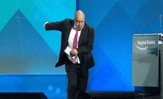 شاهد: سقوط وزير الاقتصاد الألماني أرضاً في المؤتمر الصحفي للقمة الرقمية