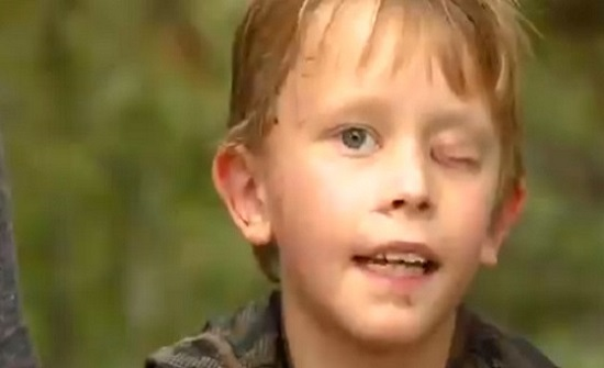بالفيديو.. طفل ينجو من الموت بأعجوبة بعد مواجهة مصيرية مع أسد