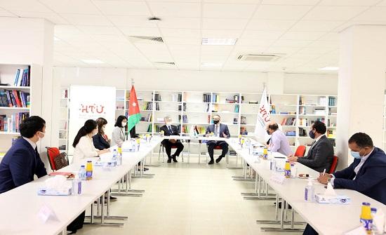 السفير الياباني يزور جامعة الحسين التقنية ويطلع على برامجها التعليمية