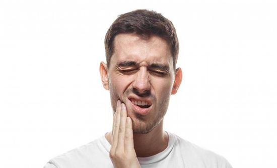 أبرز الأسباب للإصابة بحساسية الأسنان المفاجئة منها تبييض الأسنان