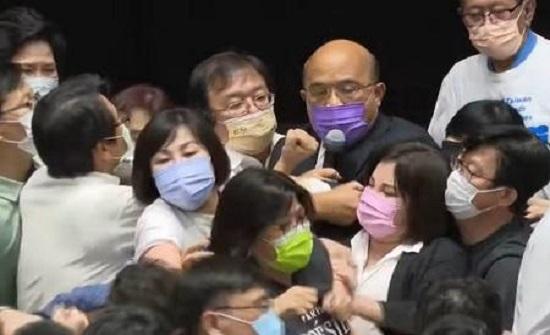 عراك بالأيدي تحت قبة البرلمان التايواني - فيديو