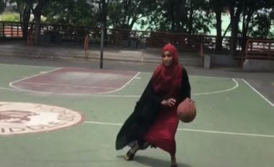 شاهد: حجابها لم يمنعها.. حكاية لاعبة كرة سلة مسلمة خطفت الأنظار فى أمريكا