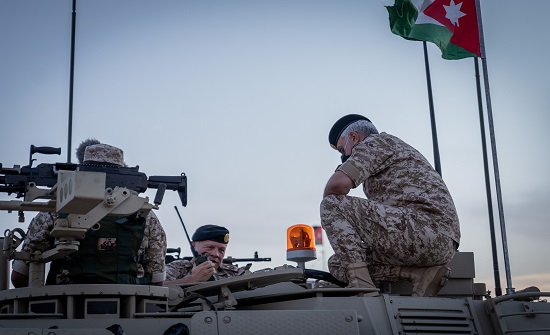 """الملك يطلع على دبابة """"سينتارو"""" التي دخلت الخدمة حديثا .. بالفيديو"""