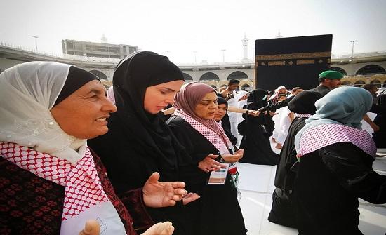 بالفيديو : الملكة تؤدي مناسك العمرة
