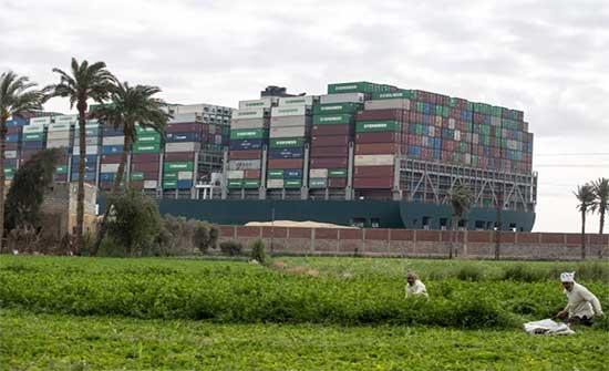 هيئة قناة السويس: استمرار الشد بالقاطرات لتعويم السفينة الجانحة