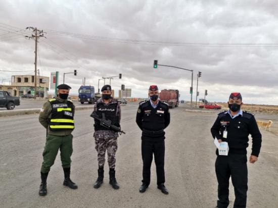 شرطة البادية الشمالية توزع الكمامات على المواطنين